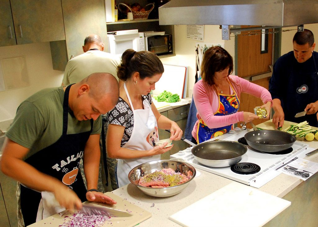 1280px-US_Navy_090818-N-6326B-001_Staff_and_patients_participate_in_a_healthy_cooking_class_at_Naval_Medical_Center_San_Diego