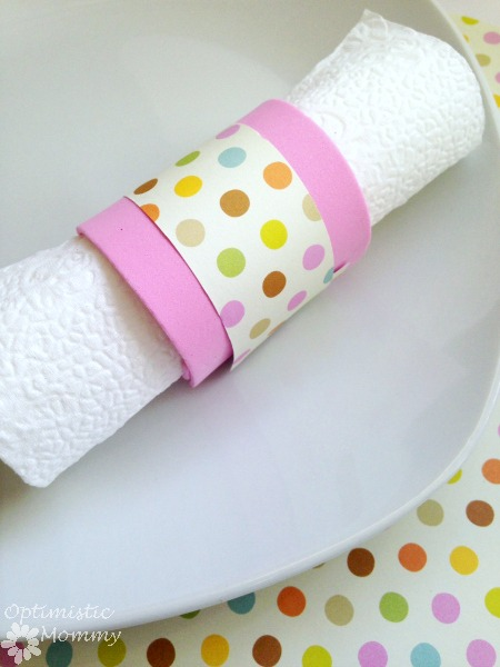 Sweet Spring Napkin Rings: Check out this easy and inexpensive way to dress up your Easter table! You can craft a sweet spring napkin ring just like the one you see here for just pennies. | Optimistic Mommy